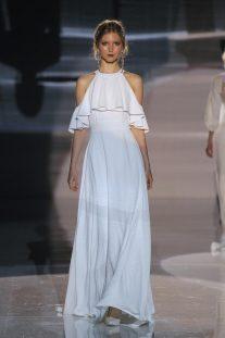"""0e5a4bc510 Otra forma sexy de lucir vestido de novia  los hombros """"cut-out"""". Una  tendencia muy en alza para aquellas novias más atrevidas."""