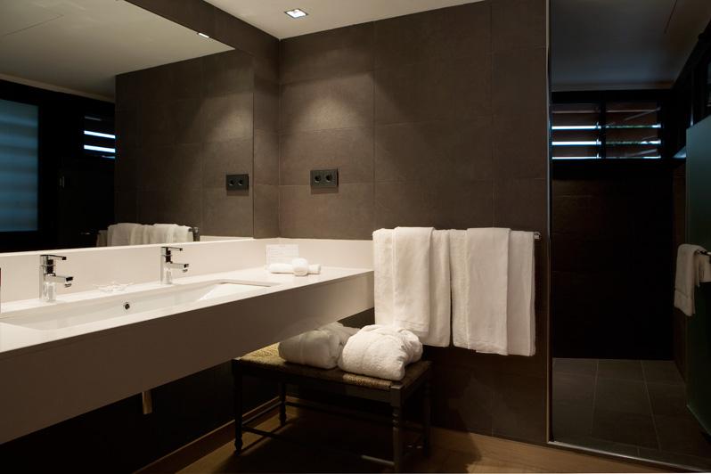 Baño de habitación en Hotel Mas La Boella