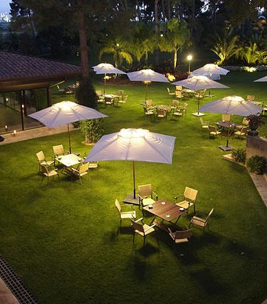 Terraza en los jardines del complejo oleoturístico de La Boella Tarragona