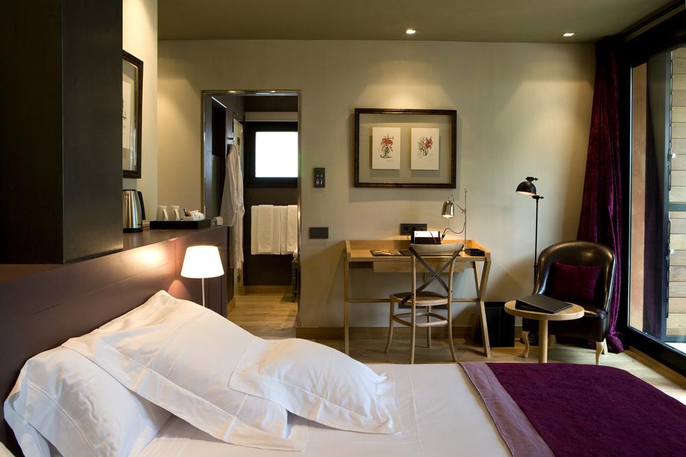 Suite con baño privado y escritorio